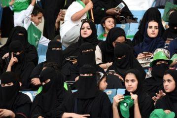 Donne arabe allo Stadio di Gedda nell'anniversario della fondazione del Regno (Foto AFP tratta da La Stampa.it)