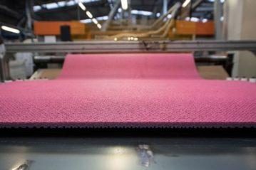 Il manto di colore rosa appena uscito dalla fabbrica