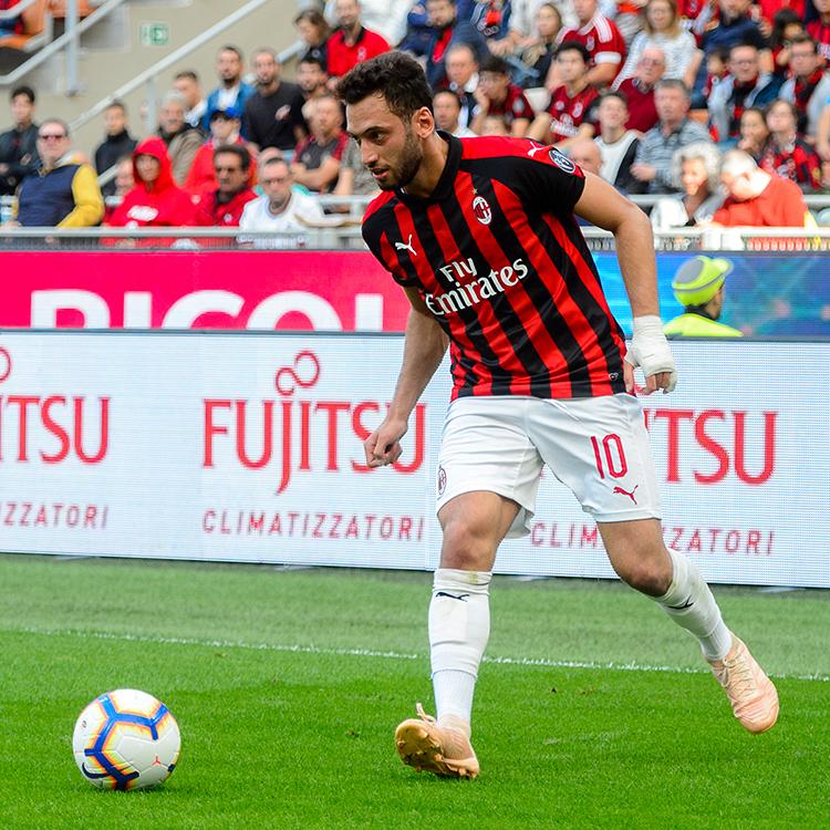 Hakan Çalhanoğlu allo Stadio Meazza (foto Anton Ivanov / Shutterstock)