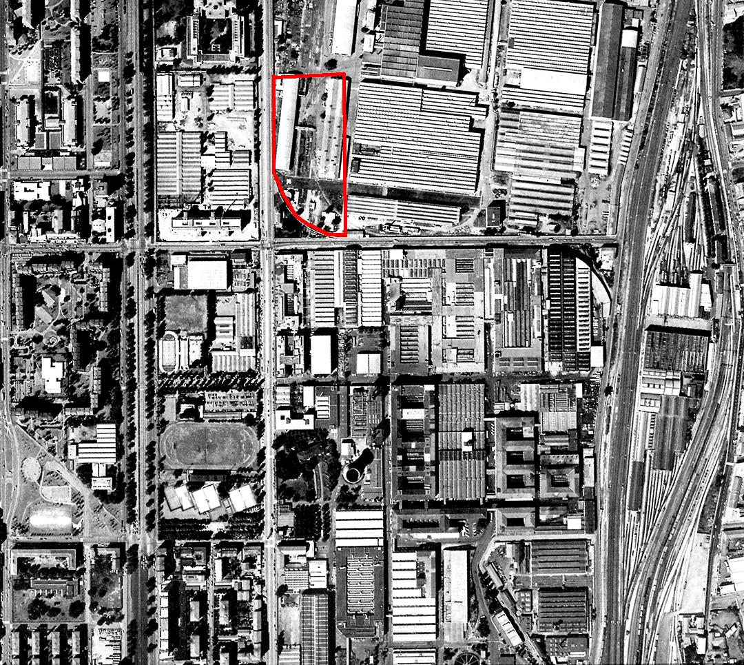 """Veduta zenitale dell'area Pirelli-Bicocca negli anni '70, tratta dal volume """"Progetto Bicocca""""; in rosso, il perimetro dell'attuale Parco."""