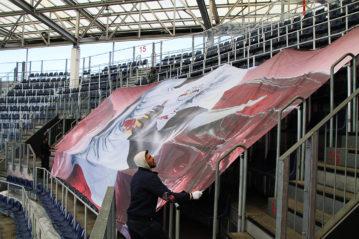 Il montaggio dei teli colorati sulle tribune dell'Arena.