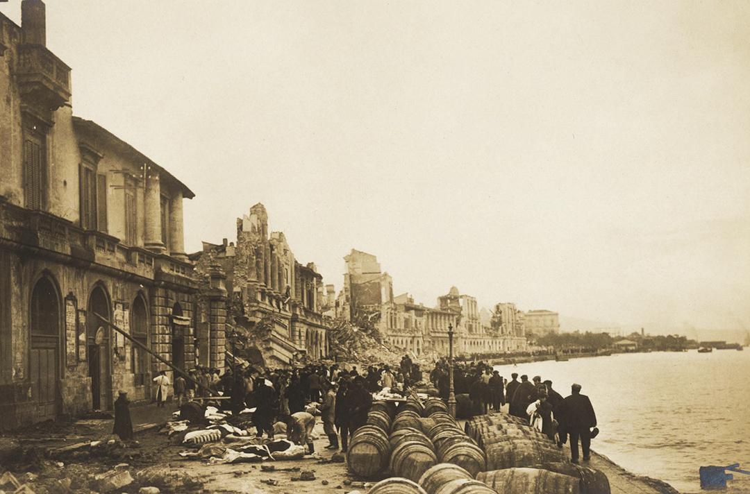 Una foto d'epoca del lungomare di Messina dopo il terremoto del 1908