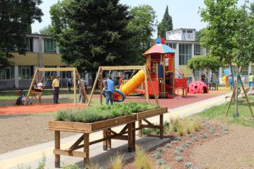 Il parco giochi con l'orto aromatico