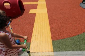 Il percorso creato all'interno della pavimentazione antitrauma