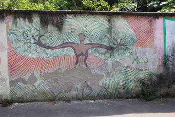 Graffiti delle scuole elementari sui muri del parco