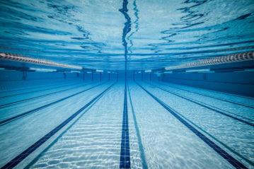 Le segnature sul fondo di un piscina agonistica