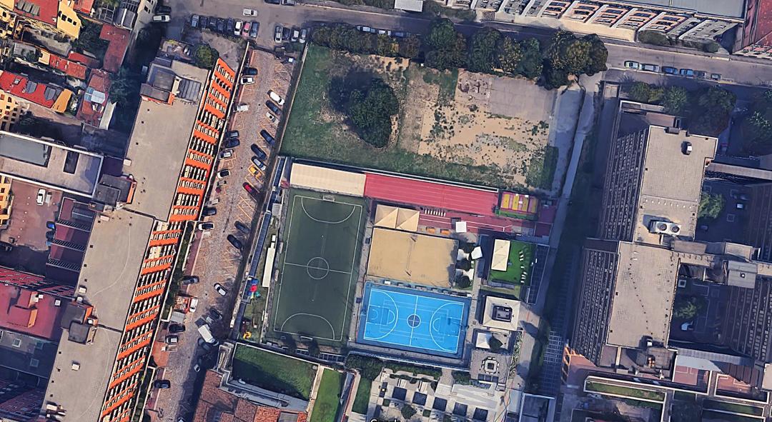 Vista zenitale dell'area: la piscina sorgerà a nord degli attuali impianti sportivi (Google earth)