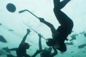 Underwater ice hockey (ph.DiagonalView)