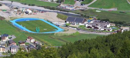 L'impianto visto dai 2.300 metri del passo d'Eira: a destra della pista azzurra, il centro Aquagranda