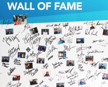 """La """"Wall of fame"""" degli atleti che si allenano all'Aquagranda: in alto, la firma di Federica Pellegrini"""