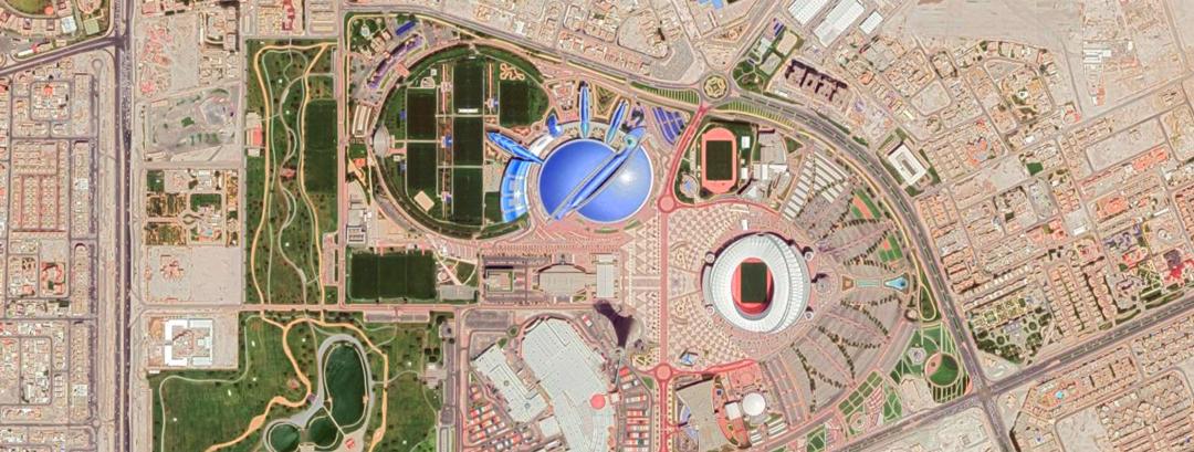 Il Khalifa Stadium nel tessuto urbano di Doha-Al Waab; nello stesso complesso sportivo, in azzurro, si distingue l'Aspire Dome (Google Earth)