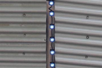 Particolare dell'illuminazione esterna a stringa