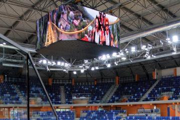 Il tabellone elettronico con proiezione di un video a 360 gradi