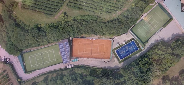 I campi del centro Calisio. I primi due a sinistra sono coperti nella stagione invernale.
