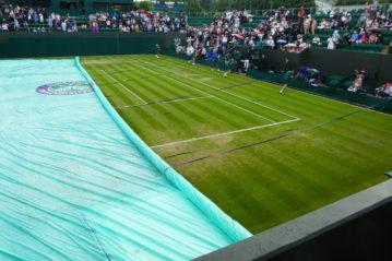 Copertura del manto di Wimbledon con un telo per proteggerlo dalla pioggia