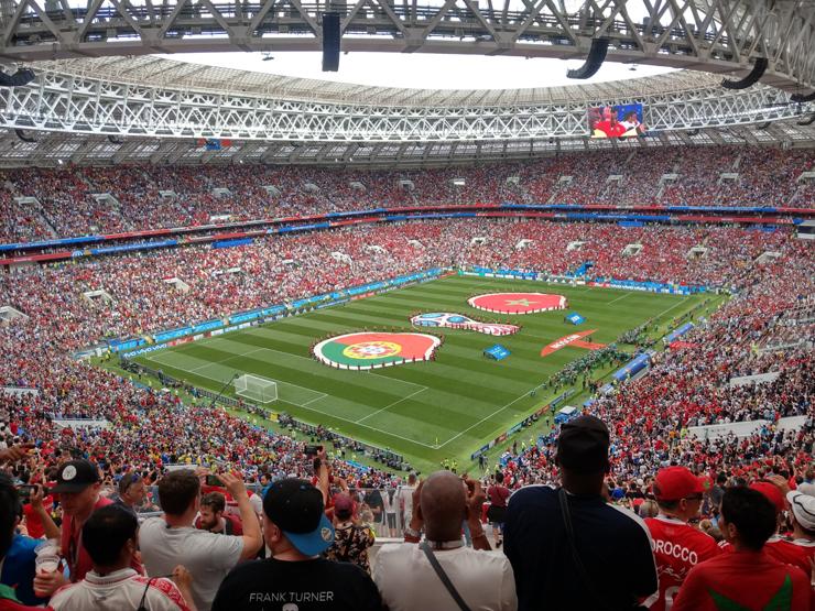 Il Luzhniki Stadium di Mosca durante la partita Portogallo-Marocco del mondiale FIFA 2018 (foto Serg Stallone). Il Luzniki è stato uno dei pochi stadi europei ad usare un manto artificiale approvato dalla FIFA, installato nel 2002. Tuttavia nel 2018 per la finale di Champions venne posato un manto naturale temporaneo, e dal 2016 è stato adottato un manto ibrido (95% naturale rinforzato), che appare nella foto.
