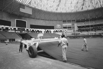 La posa della prima erba sintetica nell'Astrodome, 1966.