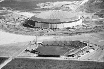 Il Colt Stadium in primo piano con la costruzione dell'Astrodome sullo sfondo, primi anni '60.