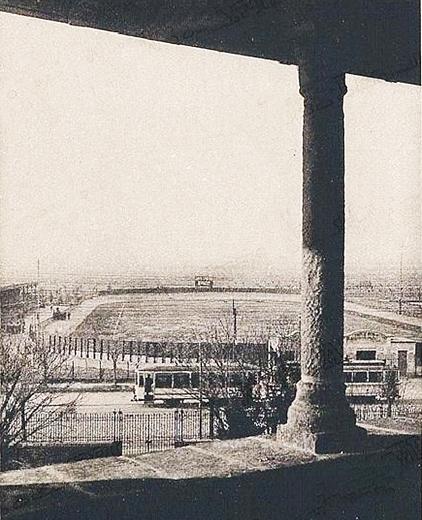 In una vecchia cartolina, il campo Pirelli visto dalla Bicocca degli Arcimboldi.