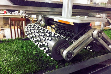 Lo strumento Lisport simula l'azione dei tacchetti sportivi sul manto sintetico.