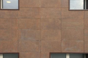 Pannelli in gres porcellanato a contrasto.