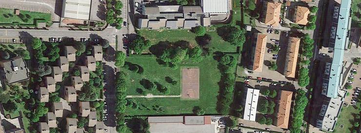 Al centro dell'immagine il parco A tutto Sport. Il muro dipinto è lungo il lato sud (Google Earth).