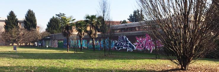 Un angolo del parco oggi, con il muro decorato da Emis.