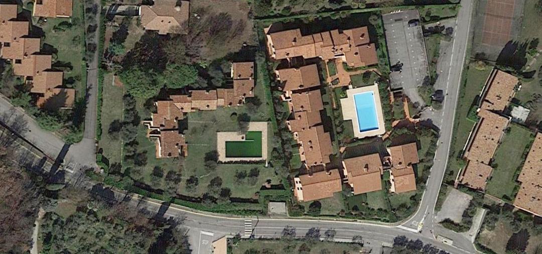 Veduta aerea di Soiano del lago. La piscina di questo servizio è quella che appare di colore verde.