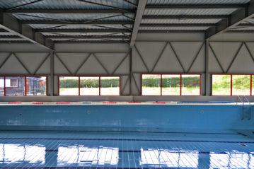 Interno della piscina con la copertura chiusa