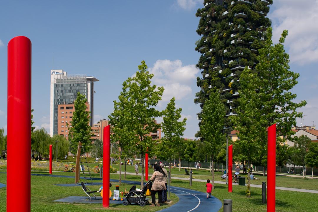 """Milano, parco Biblioteca degli Alberi: l'altra area attrezzata con giochi, sullo sfondo il """"bosco verticale"""" (foto Tomaso Grillini)."""