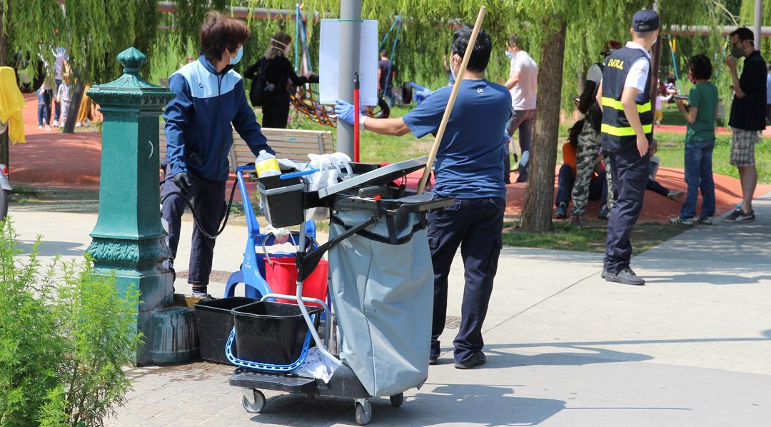 Milano, parco Biblioteca degli Alberi: domenica mattina, la squadra dedicata alla sanificazione e, di spalle, un sorvegliante a garantire il rispetto delle norme di sicurezza (foto BG/sport&impianti).