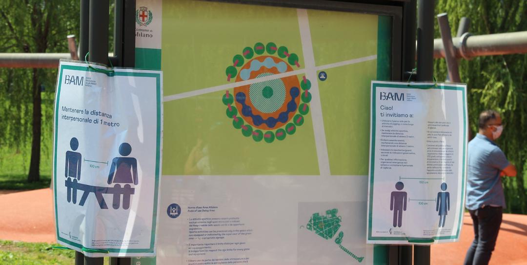 Milano, parco Biblioteca degli Alberi: accanto alla bacheca con la pianta dell'Area Altalene, le locandine raccomandano i comportamenti anti contagio da assumere (foto BG/sport&impianti).