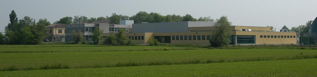 Le strutture attualmente esistenti: da sinistra la villa, il centro accoglienza, la piscina. A destra la tensostruttura comunale.