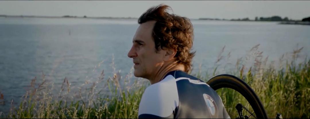 Un frame dello spot BMW con Alex Zanardi.