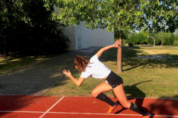 una giovane atleta in pista