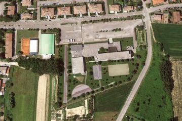 foto zenitale di Google Earth, il complesso scolastico con gli impianti sportivi: le superfici sono ancora in asfalto