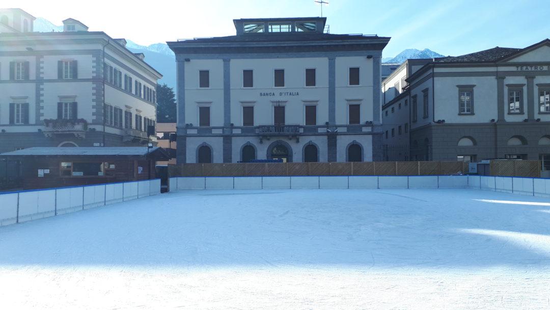 Sondrio, pista temporanea in piazza Garibaldi, inverno 2019-20 (foto BG).